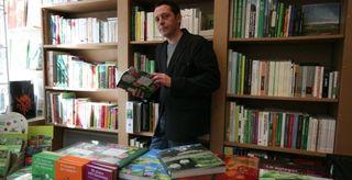 Olivier Pochard, ex-gérant des Jardins d'Olivier, rue Gay-Lussac, lors de l'ouverture de sa librairie en mars 2011